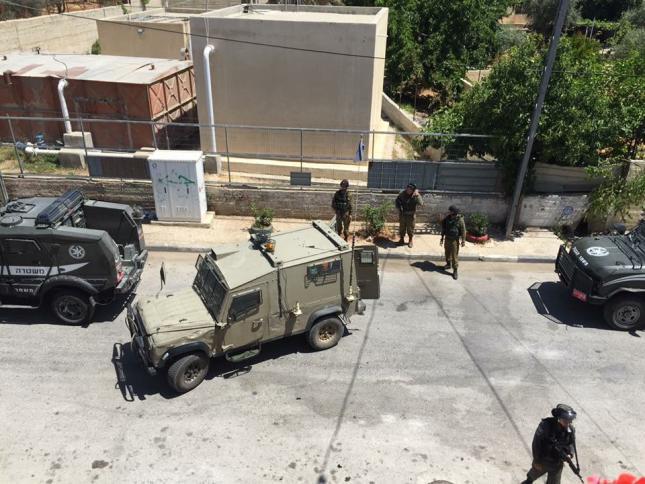 IOF arrests 13 Palestinians, seizes money in West Bank raids