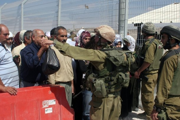 Decine di lavoratori palestinesi asfissiati dai gas lacrimogeni delle IOF